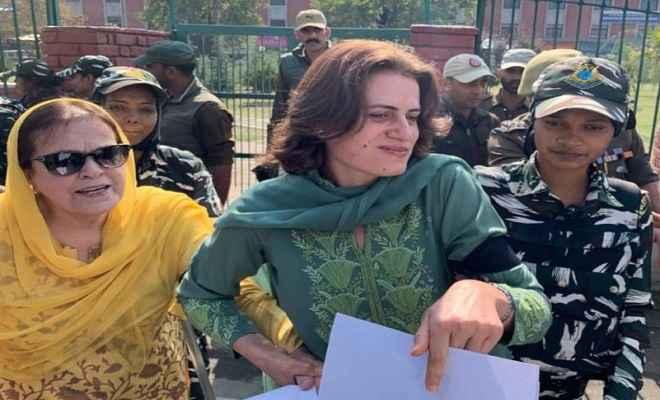 श्रीनगर में अनुच्छेद 370 को हटाये जाने के खिलाफ महिलाओं का प्रदर्शन, हिरासत में ली गई फारुक अब्दुल्ला की बहन और बेटी