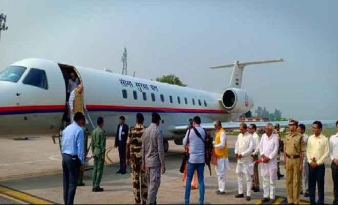 गृहमंत्री अमित शाह पहुंचे वाराणसी, एयरपोर्ट पर मुख्यमंत्री योगी ने किया स्वागत
