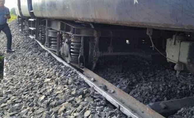 ट्रेन की चपेट में आने से दो महिलाओं समेत एक बच्ची की हुई मौत, परिजनों में मातम का माहौल