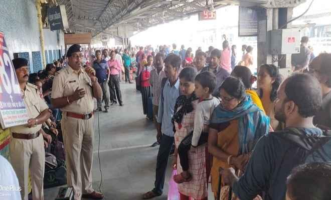 आरपीएफ पोस्ट कमांडर राजकुमार ने रेल गाड़ियों एवं रेल परिसर में यात्रियों को नशाखुरानी गिरोह से बचाव के लिए किया जागरूक