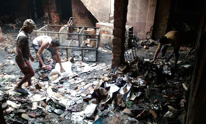 रक्सौल में दीपावली की रात जूता-चप्पल गोदाम में लगी भीषण आग, लाखों की संपत्ति जलकर राख