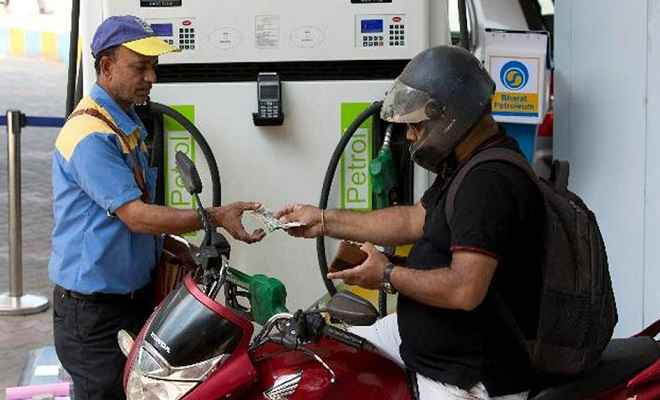 महीने के पहले दिन पेट्रोल 6 पैसे प्रति लीटर सस्ता हुआ, डीजल की कीमत में भी गिरावट, जानें आज के भाव