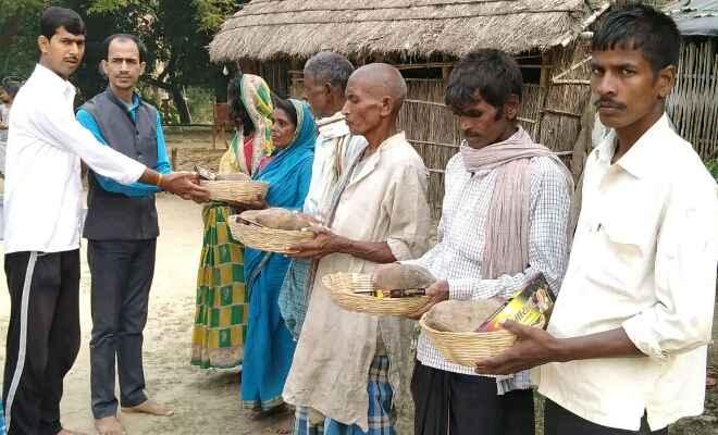 मोतिहारी के डॉ. गोपाल कुमार सिंह ने छठ पूजा की सामग्री सूप नारियल एवं अगरबत्ती का किया वितरण