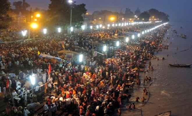 अयोध्या में चौदह कोसी परिक्रमा शुरू, श्रद्धालुओं की सरयू में स्नान करने के लिए उमड़ी भीड़