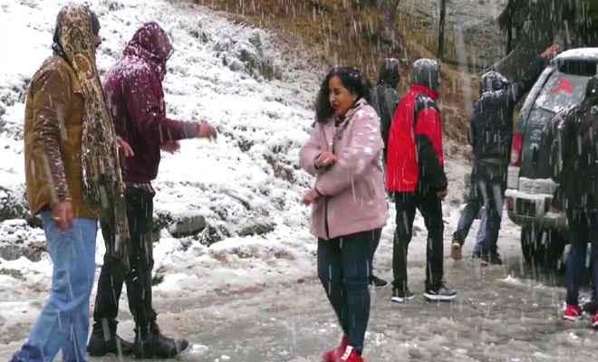 हिमाचल प्रदेश में बर्फबारी से मौसम हुआ खुशनुमा, रोहतांग दर्रा बंद