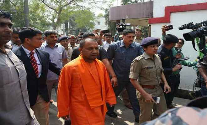 मुख्यमंत्री योगी आदित्यनाथ खुद पहुंचे कंट्रोल रूम, अधिकारियों के साथ कर रहे बैठक