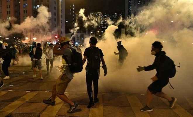 हांगकांग में पुलिस ने प्रदर्शनकारियों पर चलाई गोली, दो घायल