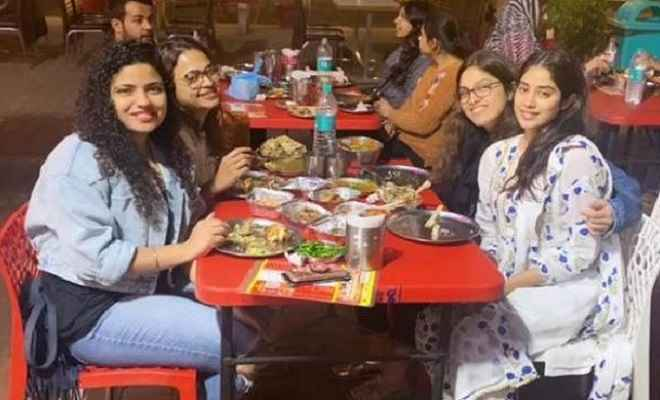 'दोस्ताना 2' की टीम के साथ जाह्नवी कपूर ने चंडीगढ़ में 'दाल मखनी' का लिया लुफ्त