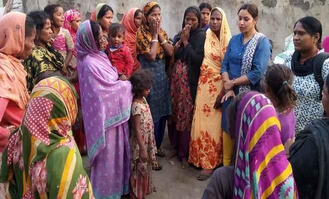 स्लम बस्ती में पहुंची स्वास्थ्य विभाग की टीम, परिवार नियोजन व नवजात शिशुओं की देखभाल पर किया जागरूक