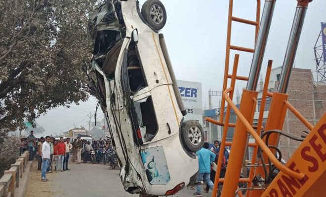 मोतिहारी में बरियापुर के पास धनौती नदी में एम्बुलेंस पलटा, ड्राइवर की मौत