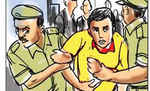 स्टेशन रोड में मोतिहारी नगर थाना ने बाइक व हथियार के साथ संदिग्ध युवक को पकड़ा, दो फरार