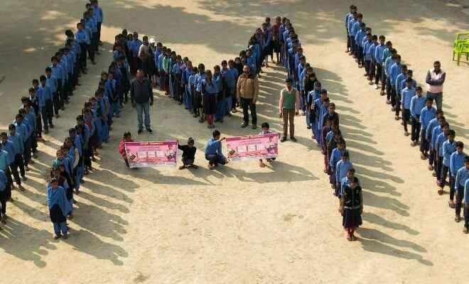 गोपालगंज में बच्चों ने मानव श्रृंखला बनाकर टीकाकरण के लिए लोगों को किया जागरूक किया