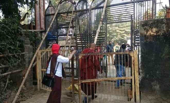 कुशीनगर में बुद्ध महापरिनिर्वाण मंदिर के समीप नया गेट बनवाने पर  कई अज्ञात लोगों के खिलाफ मुकदमा दर्ज