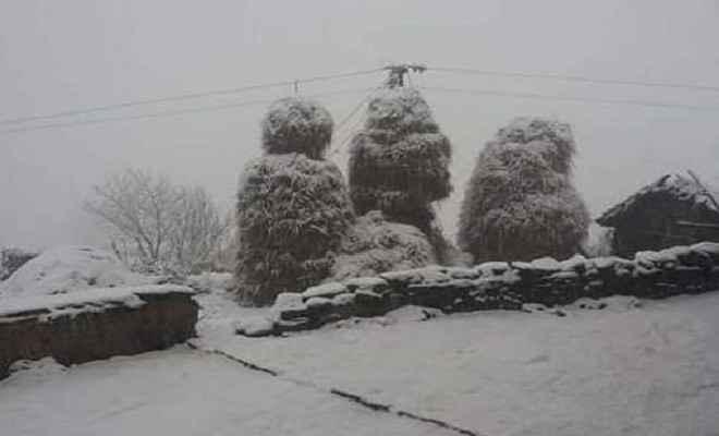 उत्तराखंड में मौसम का मिजाज बदला, बारिश और बर्फबारी से बढ़ी ठंड