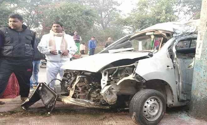ट्यूशन पढ़ने जा रहे छात्रों की कार बिजली के खंभे से टकराई, दो की मौत