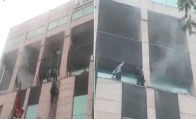 नोएडा के मेट्रो अस्पताल में भीषण आग, शीशा तोड़ कर निकाले गए मरीज