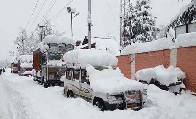 भारी बर्फबारी का कहर, कश्मीर राजमार्ग पर छह दिनों से फंसे हैं हजारों वाहन