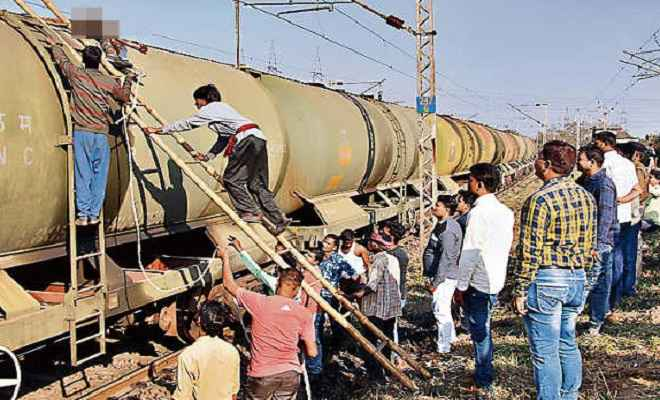 .... जब रेलवे वायल टैंकर पर सेल्फी लेने चढ़ा युवक, जिंदा जला