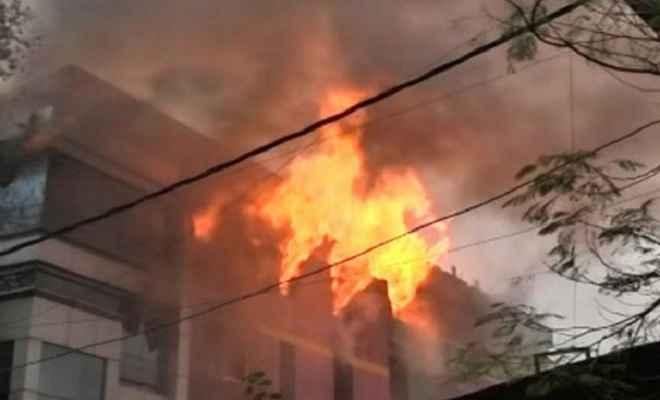 दिल्ली के परफ्यूम फैक्ट्री लगी भीषण आग, लाखों का सामान जलकर हुआ खाक
