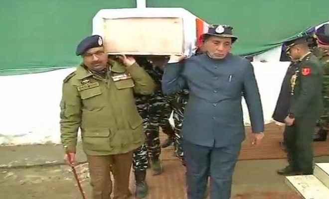 पुलवामा आतंकी हमला: गृह मंत्री राजनाथ सिंह ने शहीद के शव को कंधा देकर दी श्रद्धांजलि
