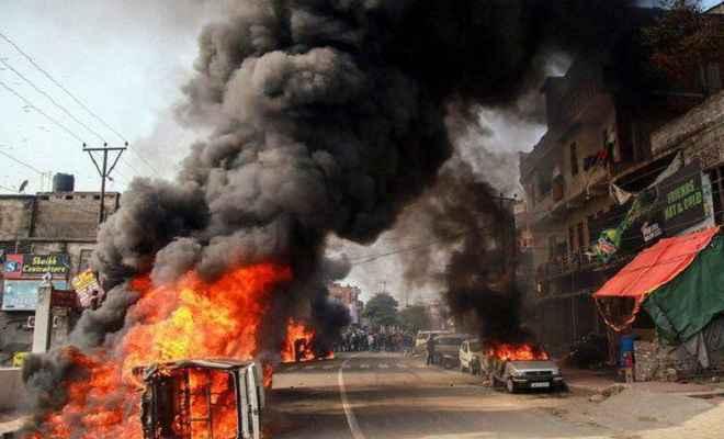 जम्मू में हिंसक विरोध प्रदर्शन के बाद कर्फ्यू लगाया गया, सेना ने किया फ्लैग मार्च
