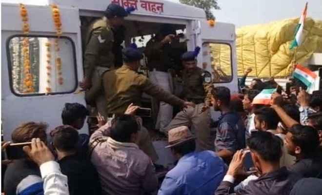मध्य प्रदेश: शहीद अश्विनी का पार्थिव शरीर उनके गांव पहुंचा, अंतिम विदाई देने के लिए हजारों लोग जुटे