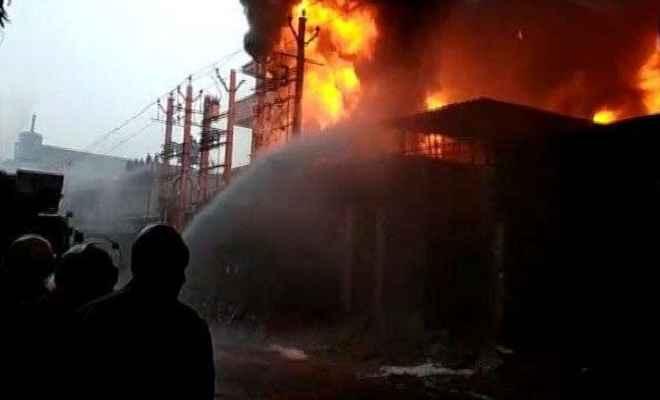 नरेला की जूते-चप्पल की फैक्टरी में लगी भीषण आग, कोई हताहत नहीं
