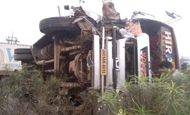 रांची से कोलकाता जा रही हीरा बस दुर्घटनाग्रस्त, कोई हताहत नहीं