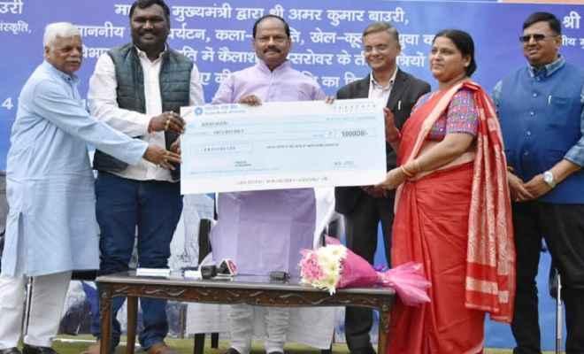 महाशिवरात्रि पर शिवभक्तों को मुख्यमंत्री रघुवर ने दी एक-एक लाख रुपये की सौगात