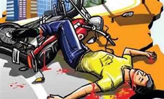 एक बाइक पर सवार थे तीन युवक, नहीं लगाया हेलमेेट, हुई दुर्घटना, दो की मौत, एक घायल