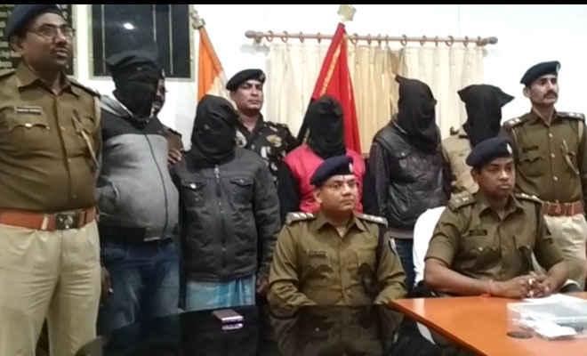बेतिया पुलिस ने रेडकर पांच बदमाशों को आर्म्स व कारतूस के साथ पकड़ा, लूट की राशि बरामद, बैंक खाता सीज