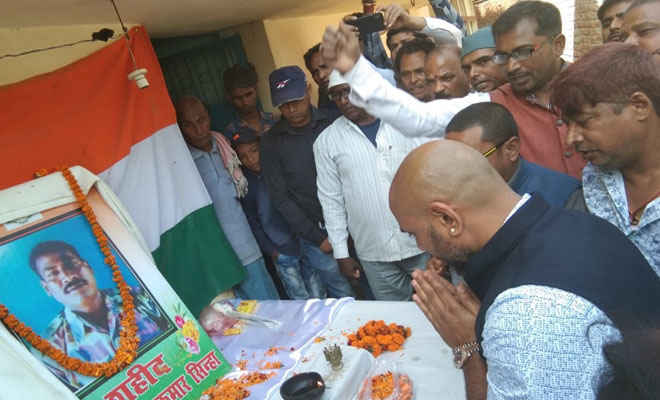 एनआरआई राकेश पांडेय ने शहीद संजय सिन्हा के परिजन को आर्थिक मदद के रूप में सौंपा 10 लाख का चेक