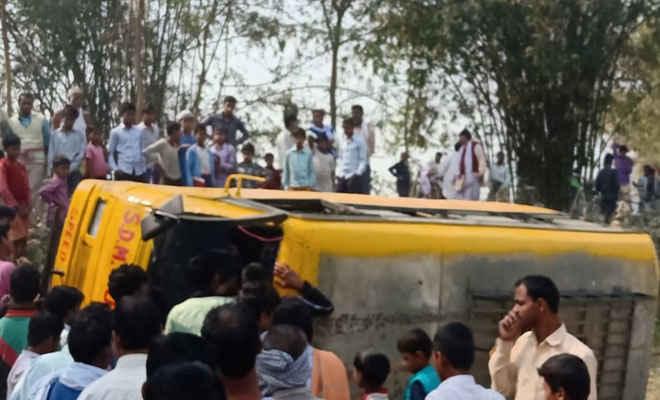 मोतिहारी के घोड़ासहन में प्राइवेट स्कूल की बस पलटी, दर्जन भर बच्चे घायल