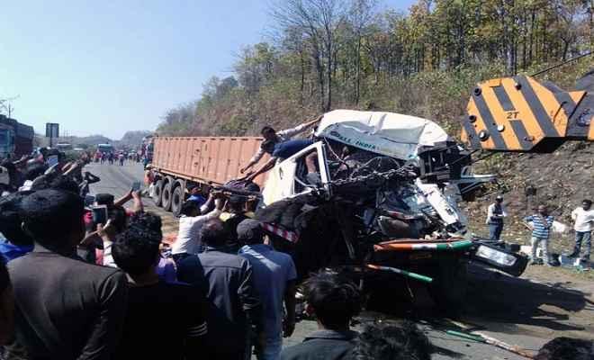 चुटूपालू घाटी में खड़े वाहन में ट्रेकर ने मारी टक्कर, 6 की मौत, 12 घायल