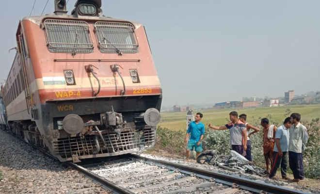 बाइक सवार यूपी के दो युवकों की ट्रेन से कटकर मौत, बाइक फंसने से ट्रेन में लगी आग