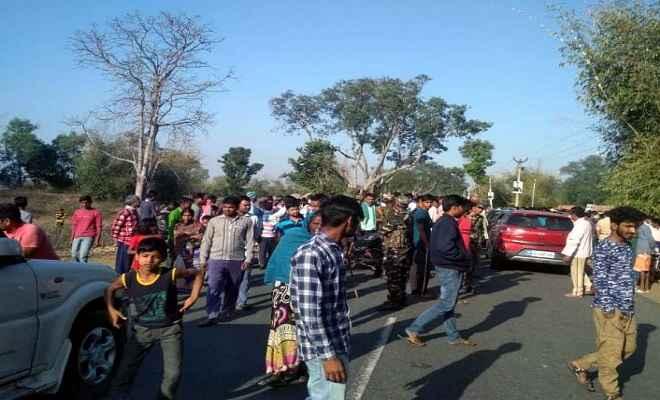 हाइवा की चपेट में आने से युवक की मौत, विरोध में लोगों ने किया सड़क जाम