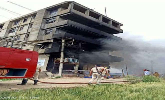 पटना में आसू फूड्स की फैक्ट्री में लगी आग, एक कर्मी झुलसकर घायल