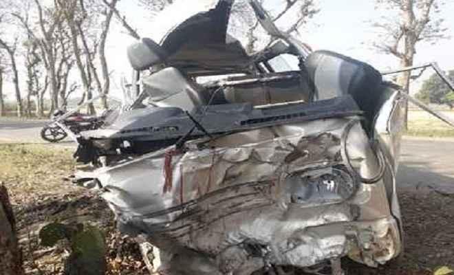ट्रक से टकराकर बेकाबू कार पेड़ से भिड़ी, 3 लोगों की मौत, चार घायल