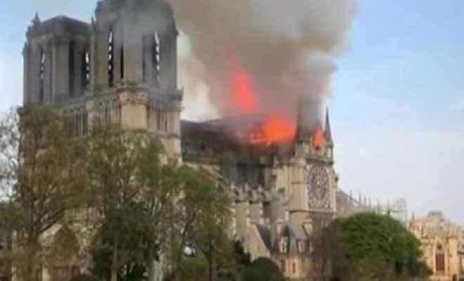 पैरिस में 850 साल पुराने ऐतिहासिक चर्च नोट्रे डेम में लगी आग