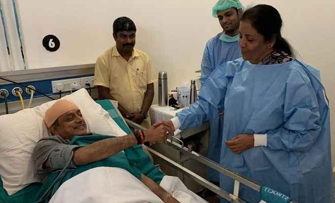 शशि थरूर से अस्पताल मिलने पहुंचीं सीतारमण, ट्वीट कर बोले थरूर-भारतीय राजनीति में ये शिष्टाचार है...