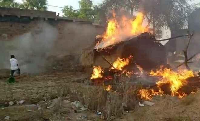 आगलगी में दो घर जलकर राख, तीन मवेशी की मौत