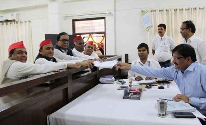 सपा अध्यक्ष अखिलेश यादव ने आजमगढ़ में किया नामांकन, कार्यकर्ताओं ने दिखाई ताकत