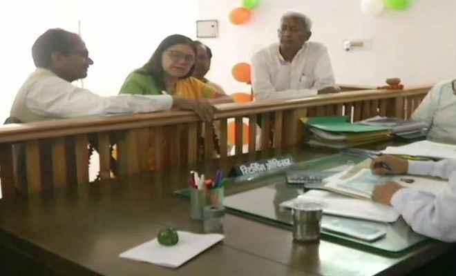 लोकसभा चुनाव: रोड शो के बाद सुल्तानपुर से मेनका गांधी ने दाखिल किया नामांकन