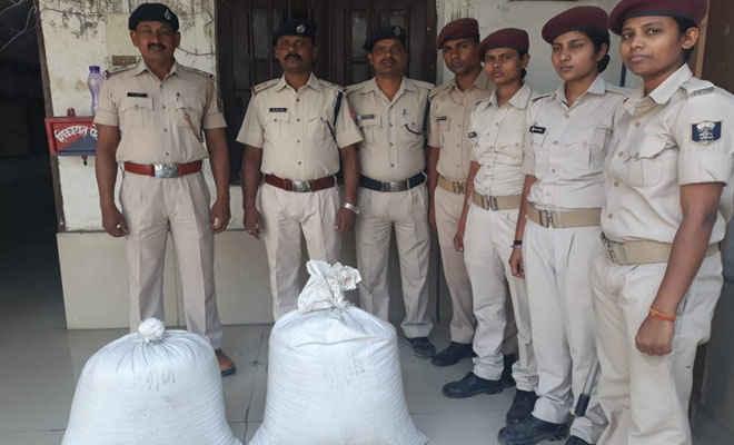 रक्सौल-हैदराबाद एक्सप्रेस ट्रेन में लावारिस अवस्था में मिली 80 किलो विदेशी काली मिर्च