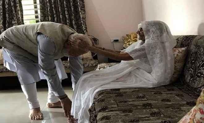 वोटिंग से पहले मां से मिले प्रधानमंत्री मोदी, पैर छूकर लिया आशीर्वाद फिर अहमदाबाद में डाला वोट