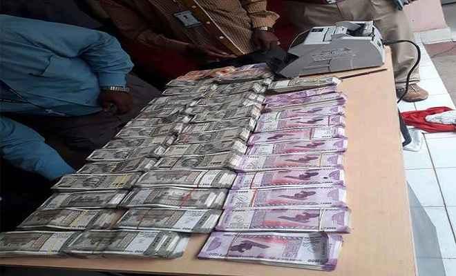झारखंड: नैनो कार से पकड़े गए 51 लाख रुपये, जांच में जुटी पुलिस