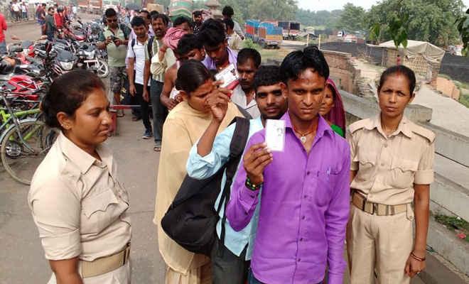 नेपाल से वतन लौट रहे भारतीय, प्रजातंत्र के महापर्व मतदान में भाग लेने