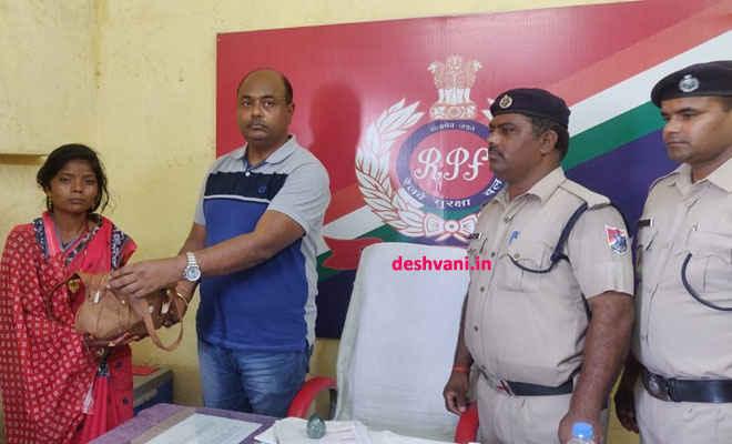 रक्सौल के आरपीएफकर्मी राकेश ने दिए अपनी इमादारी के सबूत, गहनों से भरा बैग महिला यात्री को खोजकर दिलवाया
