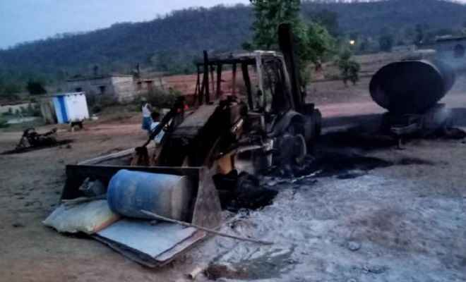 नक्सलियों ने मचाया कहर, कई गाड़ियों में लगा दी आग, क्षेत्र में दहशत का माहौल