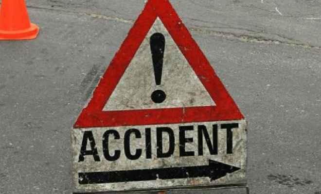 सड़क दुर्घटना में मोटरसाइकिल सवार की मौत, चार लोग घायल